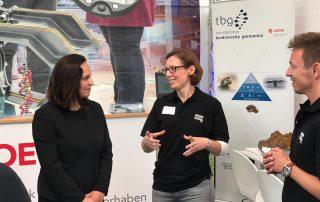 Hessentag 2019_Stand TBG_911_Besuch von Staatssekretärin Ayse Asar_copyright Patricia Vogel