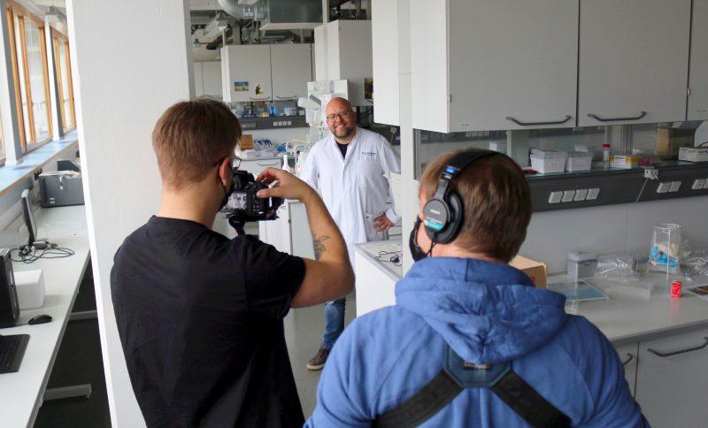 Dr. Carsten Nowak beim Filmdreh für die ProLOEWE Wissenschaftsrallye (Foto: Eva Diehl / Senckenberg)